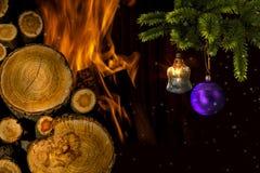 Χριστουγεννιάτικο δέντρο με τα παιχνίδια κοντά στην εστία Στοκ Εικόνες