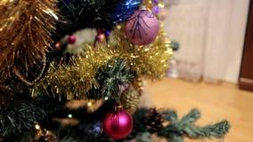 Χριστουγεννιάτικο δέντρο με τα παιχνίδια απόθεμα βίντεο