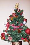 Χριστουγεννιάτικο δέντρο με τα πολύχρωμα παιχνίδια Χριστουγέννων Στοκ εικόνα με δικαίωμα ελεύθερης χρήσης