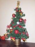 Χριστουγεννιάτικο δέντρο με τα πολύχρωμα παιχνίδια Χριστουγέννων Στοκ Φωτογραφία