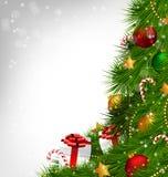 Χριστουγεννιάτικο δέντρο με τα στολισμούς στο grayscale ελεύθερη απεικόνιση δικαιώματος