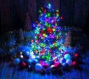 Χριστουγεννιάτικο δέντρο με τα φω'τα και τις διακοσμήσεις Στοκ Εικόνα