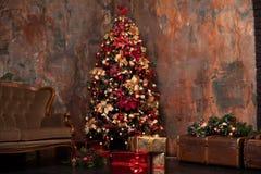 Χριστουγεννιάτικο δέντρο με τα δώρα, Χριστούγεννα Στοκ εικόνα με δικαίωμα ελεύθερης χρήσης