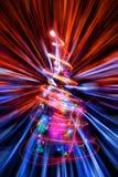 Χριστουγεννιάτικο δέντρο με την αφηρημένη έκρηξη φω'των Χριστουγέννων Στοκ Εικόνα
