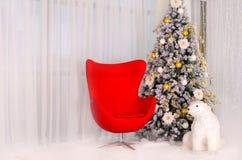 Χριστουγεννιάτικο δέντρο με την κόκκινη πολυθρόνα και μια πολική αρκούδα στο εσωτερικό Στοκ Εικόνες