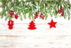 Χριστουγεννιάτικο δέντρο με την κόκκινη χειροποίητη διακόσμηση παιχνιδιών Στοκ εικόνα με δικαίωμα ελεύθερης χρήσης