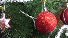 Χριστουγεννιάτικο δέντρο με τη διακόσμηση απόθεμα βίντεο