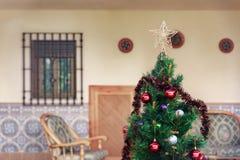 Χριστουγεννιάτικο δέντρο με τις χρωματισμένες σφαίρες και ένα μικρό αστέρι Στοκ Εικόνα
