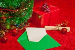 Χριστουγεννιάτικο δέντρο με τον ανοικτό φάκελο με το έγγραφο Στοκ φωτογραφίες με δικαίωμα ελεύθερης χρήσης