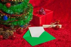 Χριστουγεννιάτικο δέντρο με τον ανοικτό φάκελο με το έγγραφο Στοκ φωτογραφία με δικαίωμα ελεύθερης χρήσης