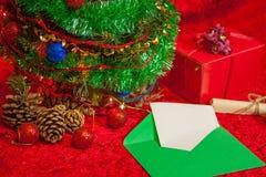 Χριστουγεννιάτικο δέντρο με τον ανοικτό φάκελο με το έγγραφο Στοκ εικόνα με δικαίωμα ελεύθερης χρήσης