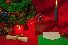Χριστουγεννιάτικο δέντρο με τον ανοικτό φάκελο, το έγγραφο και το καίγοντας κερί Στοκ εικόνες με δικαίωμα ελεύθερης χρήσης