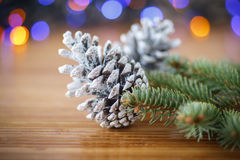 Χριστουγεννιάτικο δέντρο με τους κώνους Στοκ Εικόνες