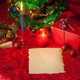 Χριστουγεννιάτικο δέντρο με το έγγραφο και το καίγοντας κερί Στοκ Φωτογραφία
