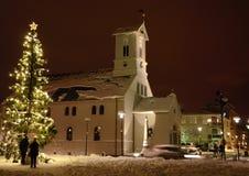 Χριστουγεννιάτικο δέντρο μπροστά από μια εκκλησία στο Ρέικιαβικ Στοκ Εικόνες