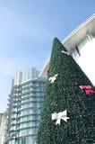 Χριστουγεννιάτικο δέντρο μπροστά από την οικοδόμηση Στοκ φωτογραφίες με δικαίωμα ελεύθερης χρήσης