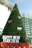 Χριστουγεννιάτικο δέντρο μπροστά από την οικοδόμηση Στοκ Φωτογραφίες