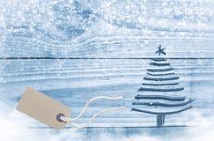 Χριστουγεννιάτικο δέντρο που γίνεται από τα ξηρά ραβδιά στο ξύλινο, μπλε υπόβαθρο Στοκ Εικόνες
