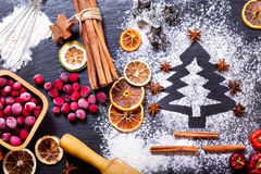 Χριστουγεννιάτικο δέντρο που γίνεται από το αλεύρι στοκ φωτογραφία