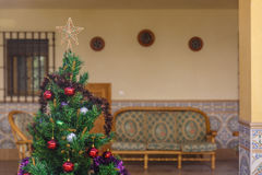 Χριστουγεννιάτικο δέντρο που διακοσμείται σε ένα άνετο προαύλιο Στοκ Εικόνα