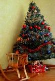 Χριστουγεννιάτικο δέντρο που διακοσμείται στα nines με ένα ξύλινο λίκνισμα hors Στοκ φωτογραφία με δικαίωμα ελεύθερης χρήσης