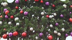 Χριστουγεννιάτικο δέντρο στα πολύχρωμα μπαλόνια οι διαδρομές χιονιού σκιαγραφιών σιδηροδρόμων πτώσεων εκπαιδεύουν ασαφή Υπόβαθρο  απόθεμα βίντεο