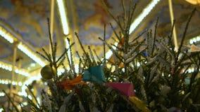 Χριστουγεννιάτικο δέντρο στην οδό παιδιά s ιπποδρομίων φιλμ μικρού μήκους