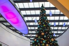 Χριστουγεννιάτικο δέντρο στη λεωφόρο αγορών κατά τη διάρκεια του χρόνου Χριστουγέννων Στοκ Εικόνες
