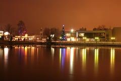 Χριστουγεννιάτικο δέντρο στο ανάχωμα λιμνών τη νύχτα Στοκ φωτογραφία με δικαίωμα ελεύθερης χρήσης
