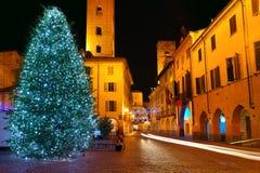 Χριστουγεννιάτικο δέντρο στο κεντρικό plaza. Alba, Ιταλία. Στοκ Φωτογραφία