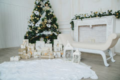 Χριστουγεννιάτικο δέντρο στο δωμάτιο, εσωτερικό εγχώριας νύχτας Χριστουγέννων Στοκ Φωτογραφία
