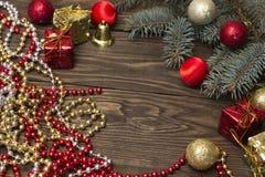 Χριστουγεννιάτικο δέντρο, σφαίρες Χριστουγέννων και γιρλάντα Στοκ φωτογραφίες με δικαίωμα ελεύθερης χρήσης