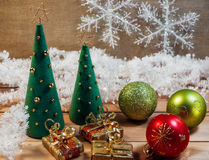 Χριστουγεννιάτικο δέντρο φιαγμένο από αισθητός με τα παιχνίδια Στοκ εικόνα με δικαίωμα ελεύθερης χρήσης
