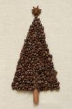 Χριστουγεννιάτικο δέντρο φιαγμένο από καφέ και κανέλα στοκ φωτογραφία με δικαίωμα ελεύθερης χρήσης
