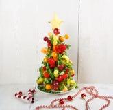 Χριστουγεννιάτικο δέντρο φρούτων με τα διαφορετικές μούρα, τα φρούτα και τη μέντα Στοκ Φωτογραφίες