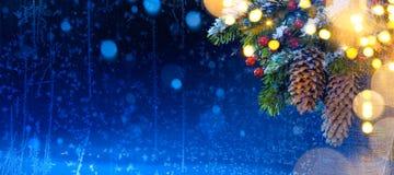 Χριστουγεννιάτικο δέντρο χιονιού και φως διακοπών  Χριστουγεννιάτικο δέντρο backgroun Στοκ φωτογραφία με δικαίωμα ελεύθερης χρήσης