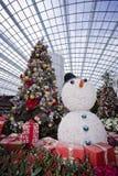 Χριστουγεννιάτικο δέντρο, δώρα και χιονάνθρωπος Στοκ εικόνα με δικαίωμα ελεύθερης χρήσης