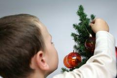 χριστουγεννιάτικο δέντρο αγοριών Στοκ εικόνα με δικαίωμα ελεύθερης χρήσης