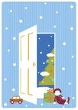 Χριστουγεννιάτικο δέντρο από την ανοιγμένη πόρτα Στοκ εικόνα με δικαίωμα ελεύθερης χρήσης