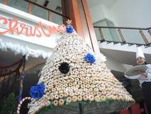 Χριστουγεννιάτικο δέντρο από doughnut στοκ φωτογραφίες