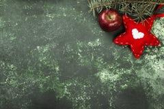 Χριστουγεννιάτικο δέντρο, διακόσμηση με ένα κόκκινο αστέρι και ένα μήλο σε ένα gre Στοκ φωτογραφίες με δικαίωμα ελεύθερης χρήσης