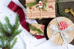 Χριστουγεννιάτικο δέντρο, δώρα Χριστουγέννων και διακοσμήσεις Χριστουγέννων σε ένα ξύλινο υπόβαθρο Στοκ εικόνα με δικαίωμα ελεύθερης χρήσης