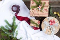 Χριστουγεννιάτικο δέντρο, δώρα Χριστουγέννων και διακοσμήσεις Χριστουγέννων σε ένα ξύλινο υπόβαθρο Στοκ φωτογραφία με δικαίωμα ελεύθερης χρήσης