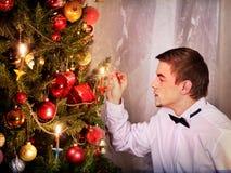 Χριστουγεννιάτικο δέντρο επιδέσμου ατόμων Στοκ φωτογραφία με δικαίωμα ελεύθερης χρήσης