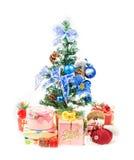 Χριστουγεννιάτικο δέντρο και δώρα. Πέρα από την άσπρη ανασκόπηση Στοκ Εικόνα