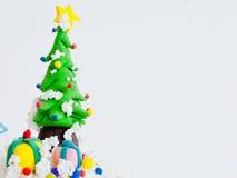 Χριστουγεννιάτικο δέντρο και δώρα. Πέρα από την άσπρη ανασκόπηση στοκ φωτογραφία με δικαίωμα ελεύθερης χρήσης