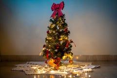 Χριστουγεννιάτικο δέντρο και ζωηρόχρωμες διακοσμήσεις στοκ εικόνες με δικαίωμα ελεύθερης χρήσης