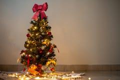 Χριστουγεννιάτικο δέντρο και ζωηρόχρωμες διακοσμήσεις στοκ εικόνες