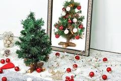 Χριστουγεννιάτικο δέντρο και καθρέφτης Στοκ φωτογραφία με δικαίωμα ελεύθερης χρήσης