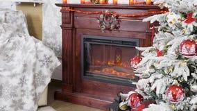 Χριστουγεννιάτικο δέντρο κοντά σε μια όμορφη εστία απόθεμα βίντεο